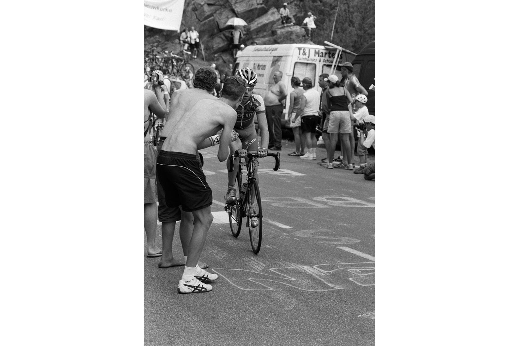 Tour de France 2006 Once identified, the fans motivate their idols, by cheering them on and shouting out their name when coming up the hill. Une fois choisi son favori, on encourage celui-ci en criant son nom pour l'aider à vaincre la montagne. Ist der Fahrer identifiziert, kann man ihn – sobald er den Berg heraufkommt – mit seinem Namen anfeuern. Una vez identificados sus favoritos, se anima al ciclista llamándole por su nombre para subir la montaña.