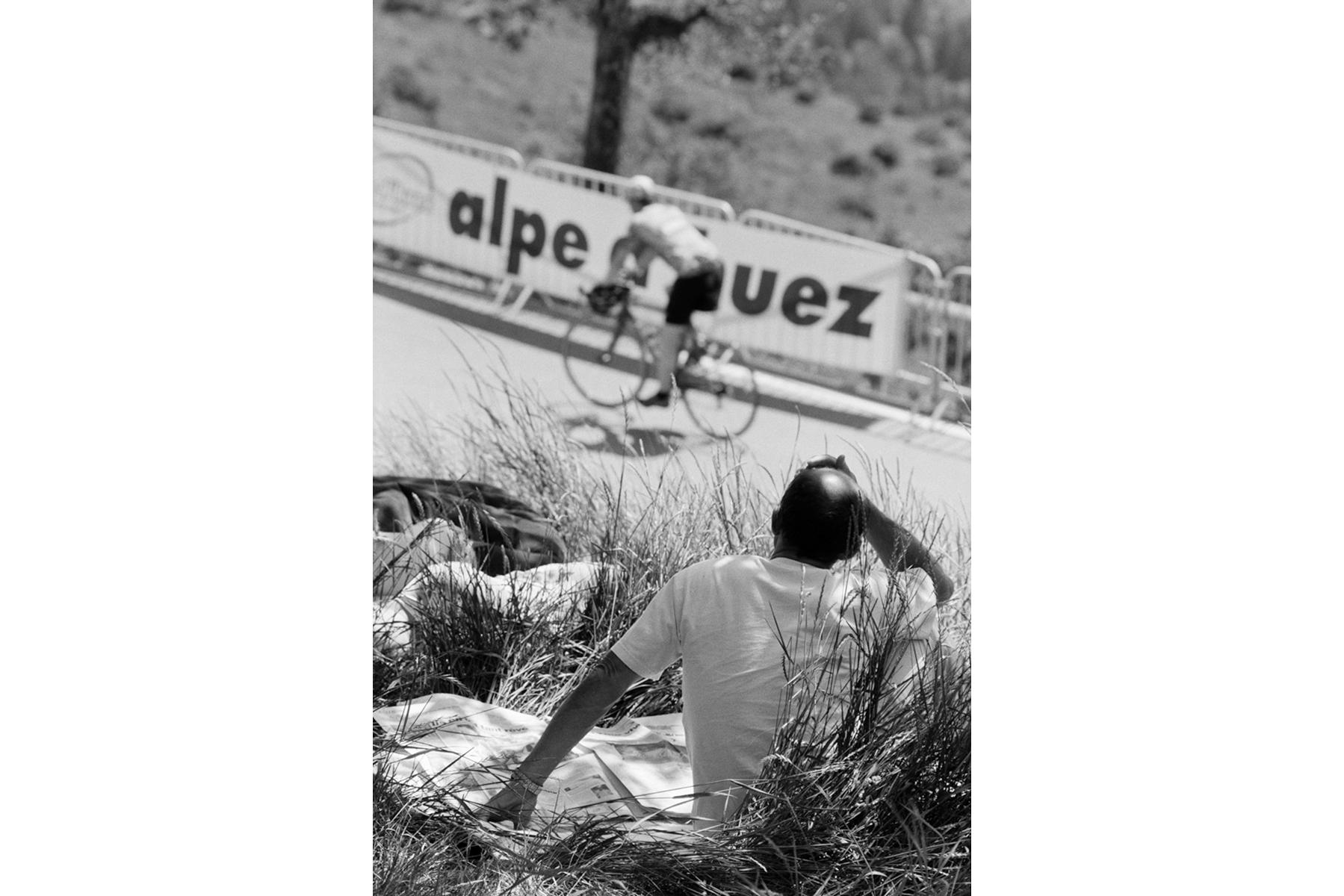 Tour de France 2006 L'Alpe d'Huez, a ski resort in the French Alps, widely known among cycling fans as a mountaintop finish on the Tour de France. L'Alpe d'Huez est une station de ski des Alpes françaises. Pour les fans de cyclisme, c'est surtout l'arrivée de l'une des étapes les plus difficiles du Tour de France. L´Alpe d´Huez ist ein Wintersport-Ort in den französischen Alpen. Radsportfans aus aller Welt kennen ihn aufgrund der Bergankunft bei der Tour-de France. L'Alpe d'Huez es una estación de esquí en los Alpes franceses que en el mundo del ciclismo es bien conocida, ya que habitualmente es final de etapa de montaña.