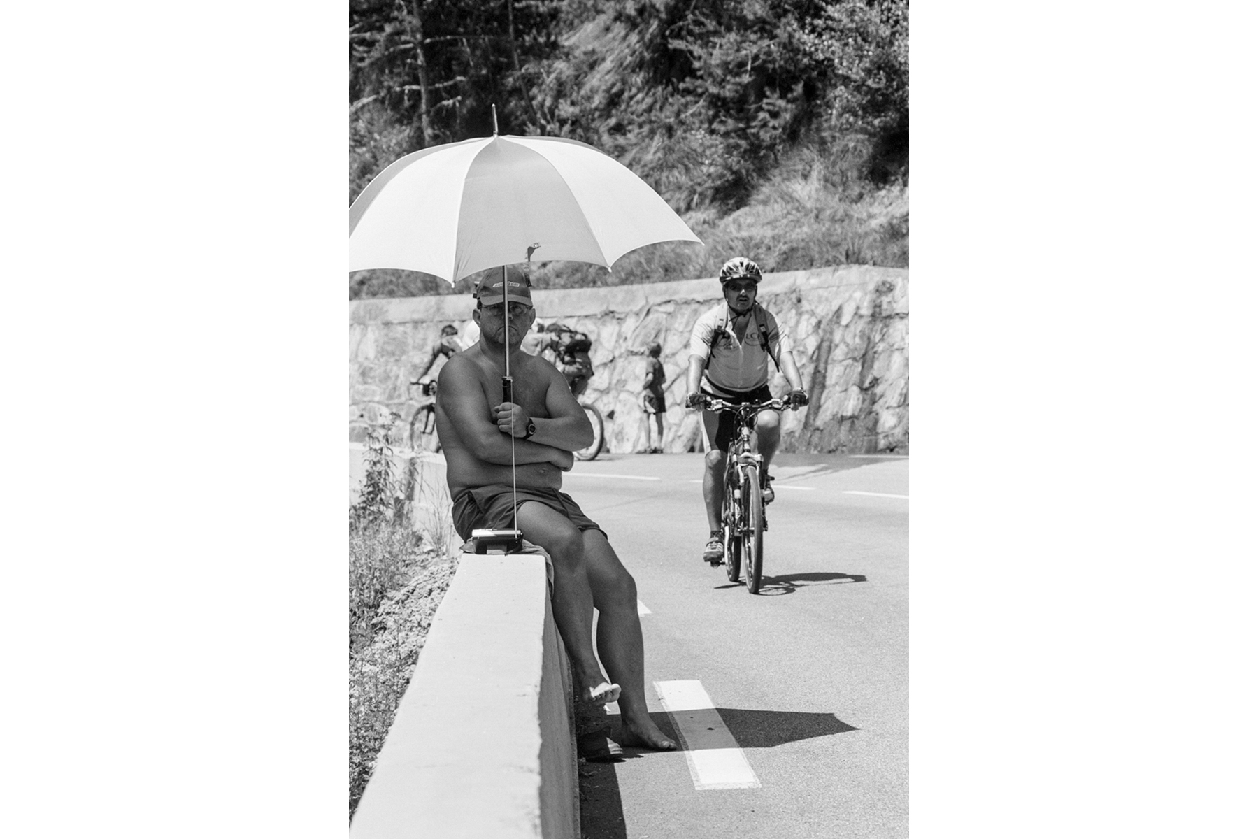 Tour de France 2006 Those who don't cycle, simply enjoy the ambience on the mountain, contemplating others and listening to the radio. Ceux qui ne montent pas à vélo profitent de la montagne en regardant pédaler les autres ou en écoutant la radio. Wer nicht selber fährt, genießt die Atmosphäre am Berg, schaut zu und hört Radio. Quiénes no van montados en bici, también disfrutan del entorno, mirando a los que se esfuerzan pedaleando o bien escuchando la radio.
