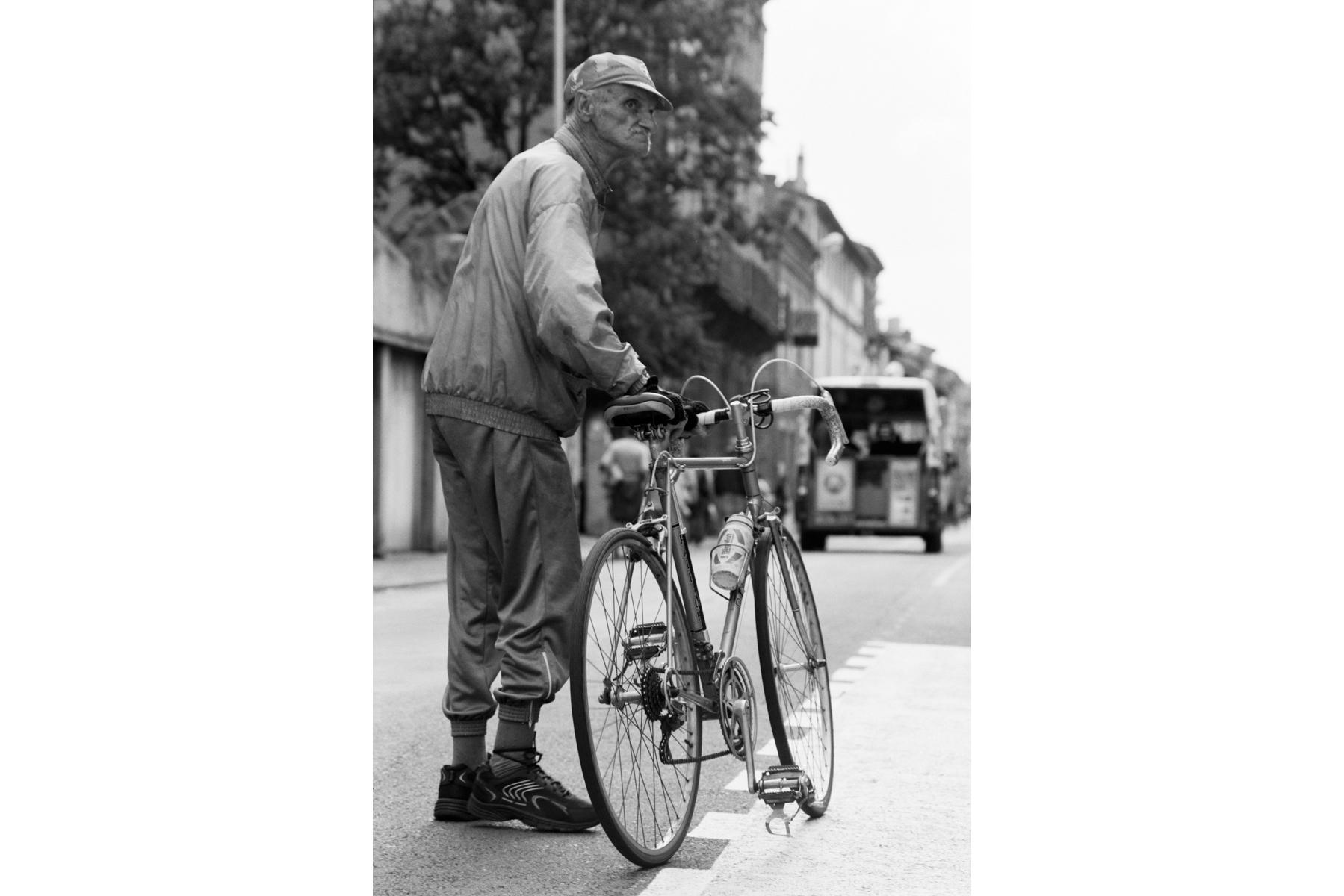 Le Tour de France 2007 Despite various scandals, the impression remains, that the Tour de France will continue being an important part of French summers. Malgré divers scandales, le Tour reste en France un rendez-vous sportif incontournable de l'été. Manches bleibt gleich, trotz diverser Skandale – der Eindruck, dass die Tour de France ein fester Bestandteil des französischen Sommers ist und bleibt. A pesar de algunos escándalos, el Tour de Francia es un hito en los acontecimientos deportivos del verano francés.