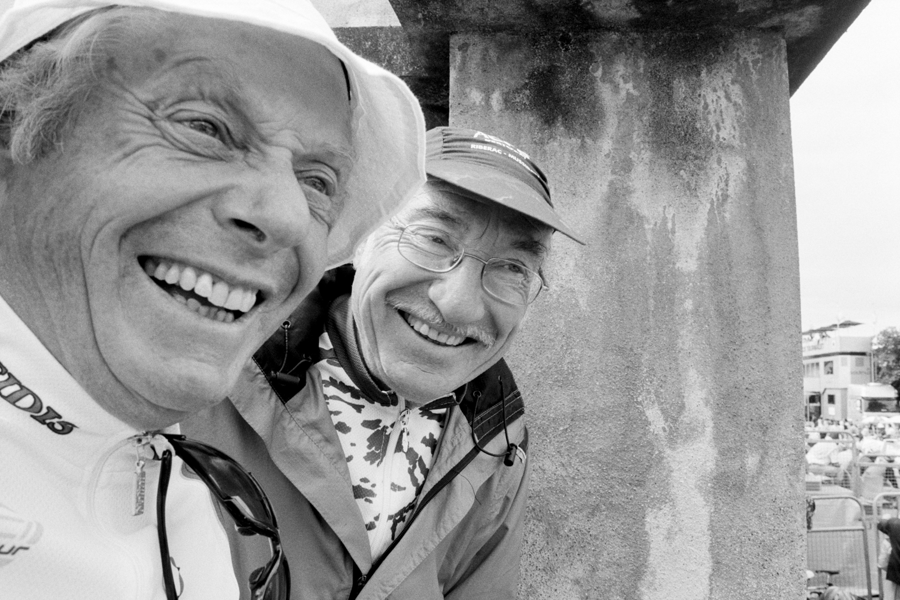 """Le Tour de France 2008 Thanks to these two fans who helped me up a wall to ... Merci aux deux messieurs qui m'ont aidée à escalader le mur pour ... """"Danke"""" an diese beiden Herren. Sie halfen mir, auf eine Mauer zu klettern, um ... Gracias a los dos caballeros que me ayudaron a trepar un alto muro para …"""