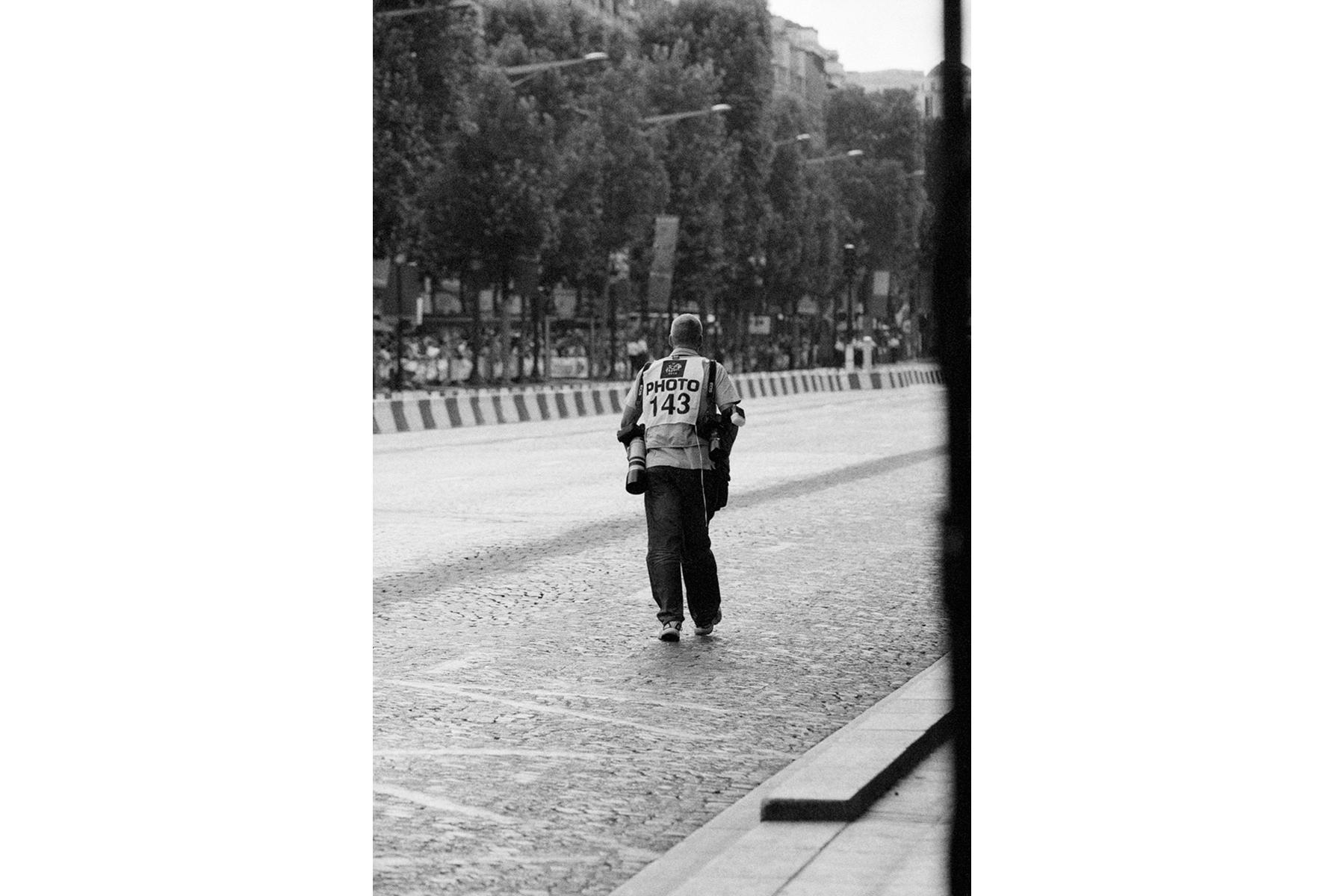 Le Tour de France 2010 After three long weeks, the Tour has finally ended for everybody, including the photographers. Hard to believe that all has come to an end. Après trois longues semaines, les photographes ont le Tour accompagner cesser le travail. On peut difficilement croire que le Tour est maintenant vraiment fini. Nach drei langen Wochen haben auch die Fotografen, die die Tour begleitet haben, Feierabend. Kaum zu glauben, dass die Tour nun wirklich vorbei ist. Después de tres largas semanas, los fotógrafos por fin han terminado la jornada. A pesar de ello, es difícil imaginarse que el tour se ha acabado.
