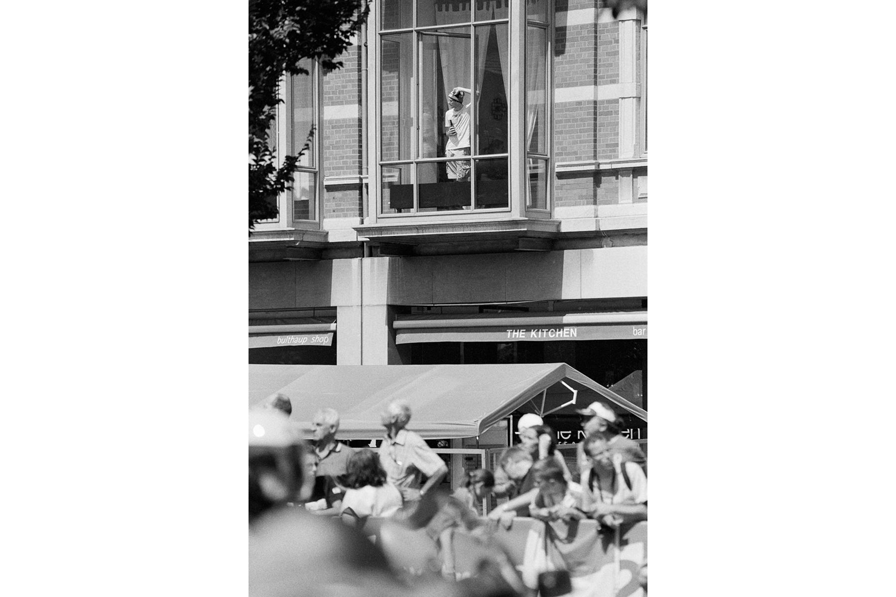 Le Tour de France 2012 Lucky are those living on the right floor. Heureux ceux qui vivent au bon étage. Glück haben die, die im richtigen Stockwerk wohnen. Tienen suerte los que viven en un piso con vistas.