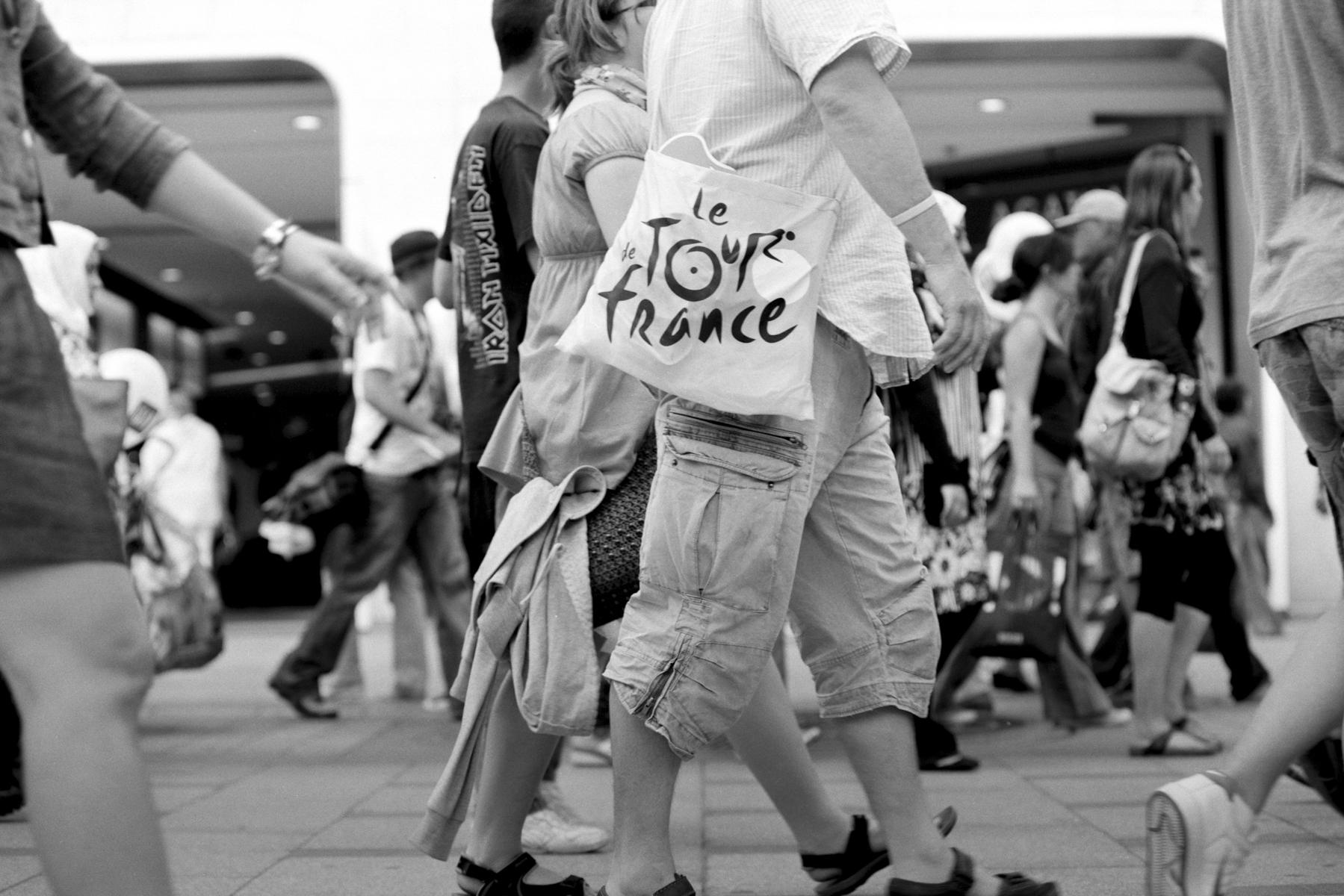 Le Tour de France 2010 Since 1903, every Tour de France ends in the famous Champs-Elysées in Paris. Depuis 1903, le Tour de France, s'achève à Paris, sur la célèbre avenue des Champs-Elysées. Schon seit 1903, dem Beginn der Tour de France, führt sie nach Paris – auf die berühmte Champs-Elysées. Todos los Tours de Francia terminan desde 1903 en la famosa Avenida de los Campos Elíseos en París.