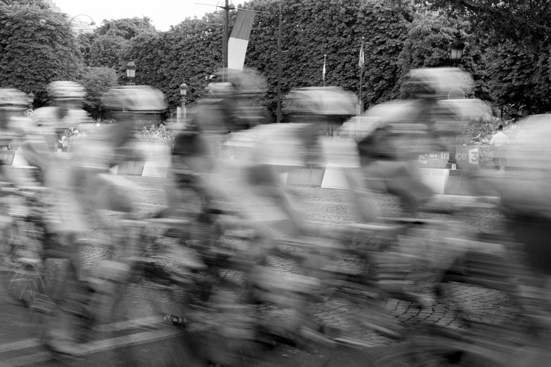 Le Tour de France 2010 Waiting for the big moment, and it all goes by in a big Blur! C'est un peu ce que l'on voit le moment tant attendu arrivé. Un grand flou! So ungefähr fühlt sich der Moment an, auf den man gewartet hat. A big Blur! Por fin el momento esperado, aunque la sensación que se siente, es un gran borrón!