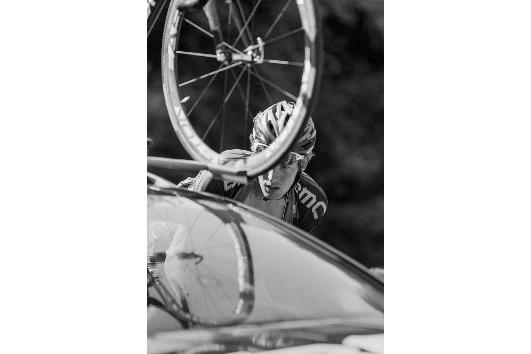 Le Tour de France 2011 Marcus Burghardt, a German cyclist for team BMC Racing Team, getting instructions from the team car. Marcus Burghardt, cycliste allemand de l'équipe BMC Racing Team, recevant des instructions de la voiture de l'équipe. Marcus Burghardt, deutscher Rennfahrer für das BMC Racing Team, im Gespräch mit dem Teamwagen. Marcus Burghardt, ciclista alemán del equipo BMC Racing Team recibe instrucciones del coche de apoyo.
