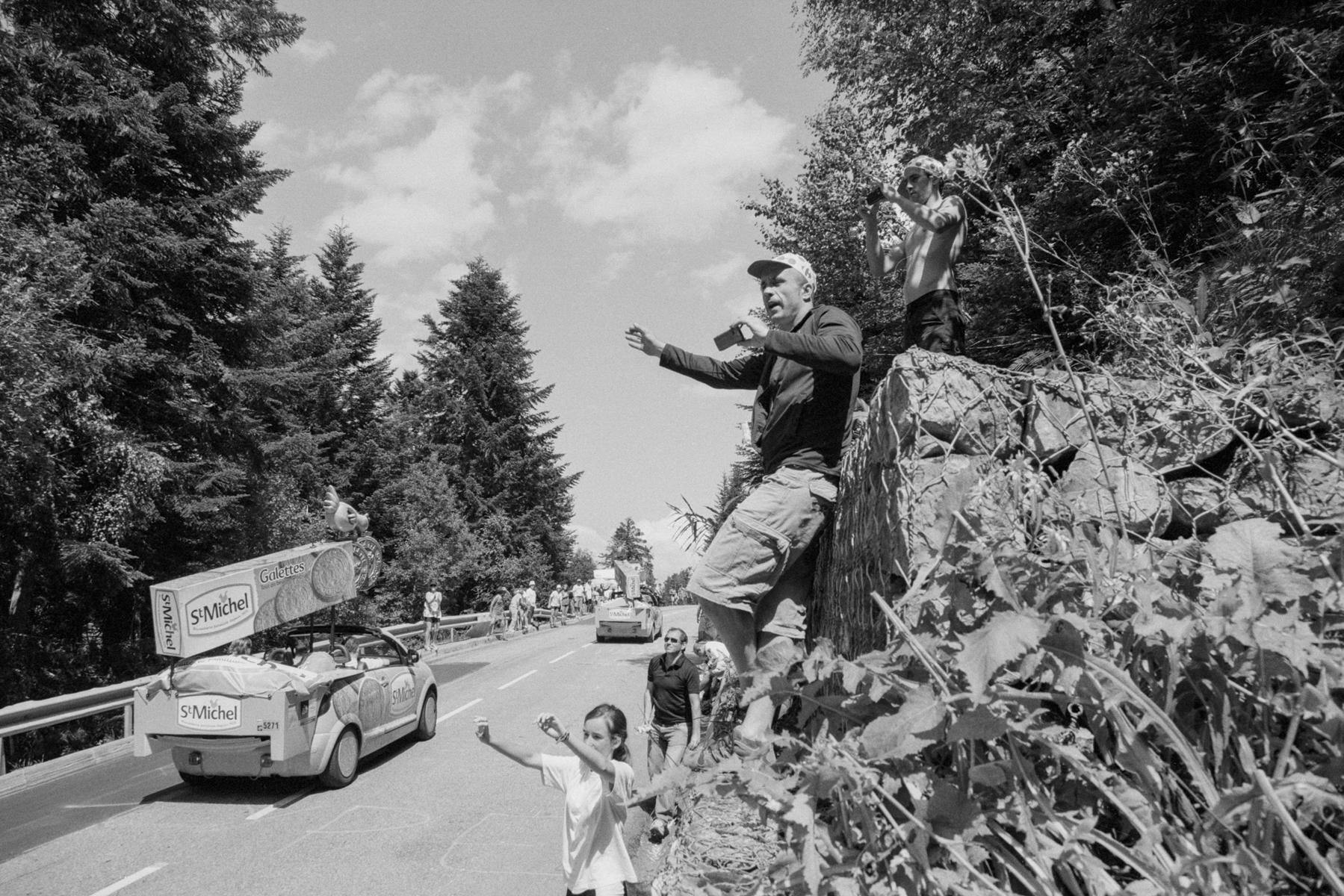 Le Tour de France 2011 The publicity caravan helps enormously to shorten the waiting time. La caravane publicitaire contribue énormément à réduire le temps d'attente. Die Werbekarawane hilft enorm dabei, die Wartezeit zu verkürzen. La caravana publicitaria entretiene el tiempo de espera.