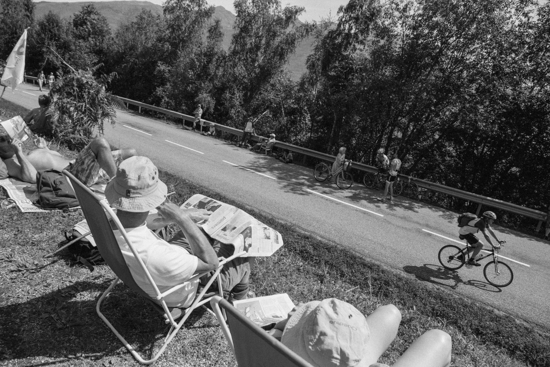 Le Tour de France 2011 Along the road, the first fans have already found their best spot for the day. Tout le long de la montagne, les premiers arrivés se sont déjà placés. Entlang des Berges haben sich die ersten Fans bereits platziert. A lo largo de la montaña, los primeros aficionados se han reservado un sitio preferente.