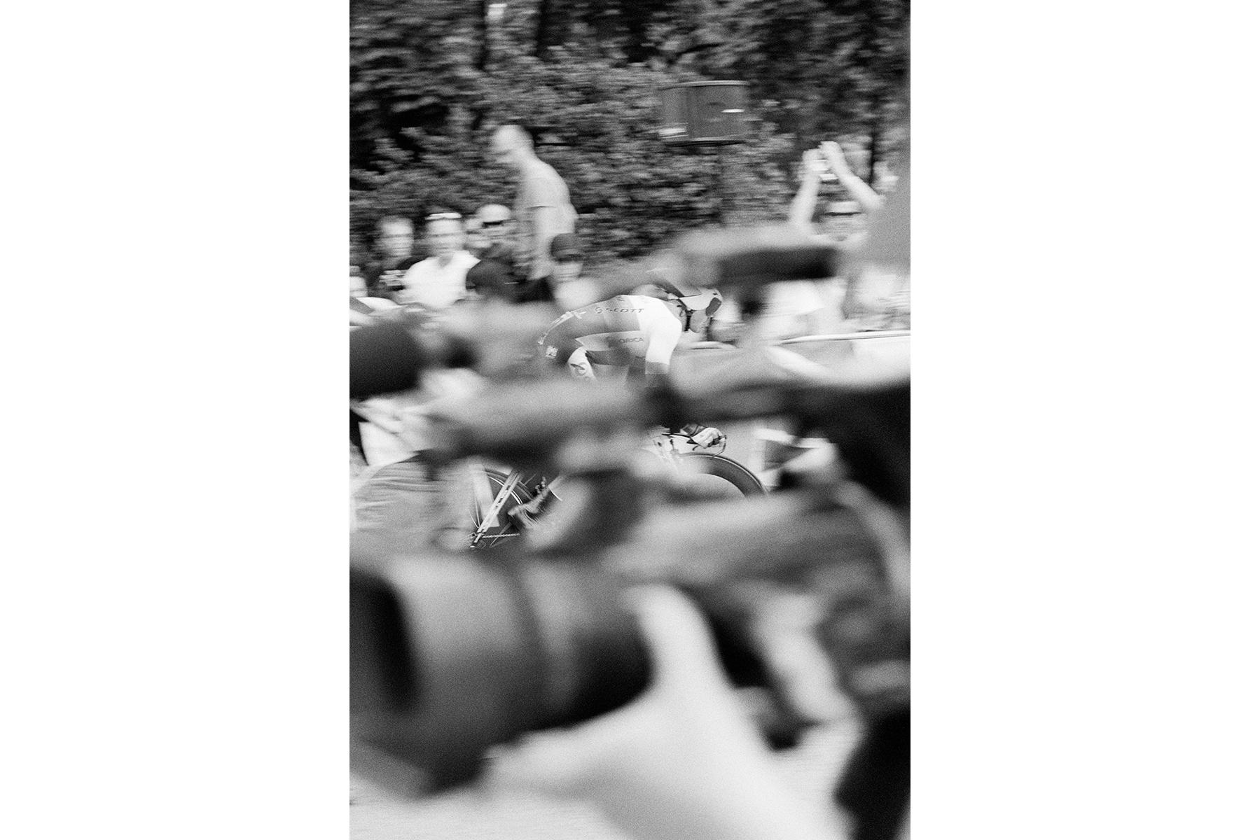 Le Tour de France 2012 ONLY YOU In a time trial, cyclists compete individually and against only one competitor — the clock. Dans une course contre-la-montre individuelle, les cyclistes s'élancent un par un contre un seul concurrent : le temps. Beim Einzelzeitfahren fährt der Fahrer nur gegen einen Gegner – die Uhr. En una carrera contrarreloj, los ciclistas compiten no sólo individualmente sino en contra del cronómetro.