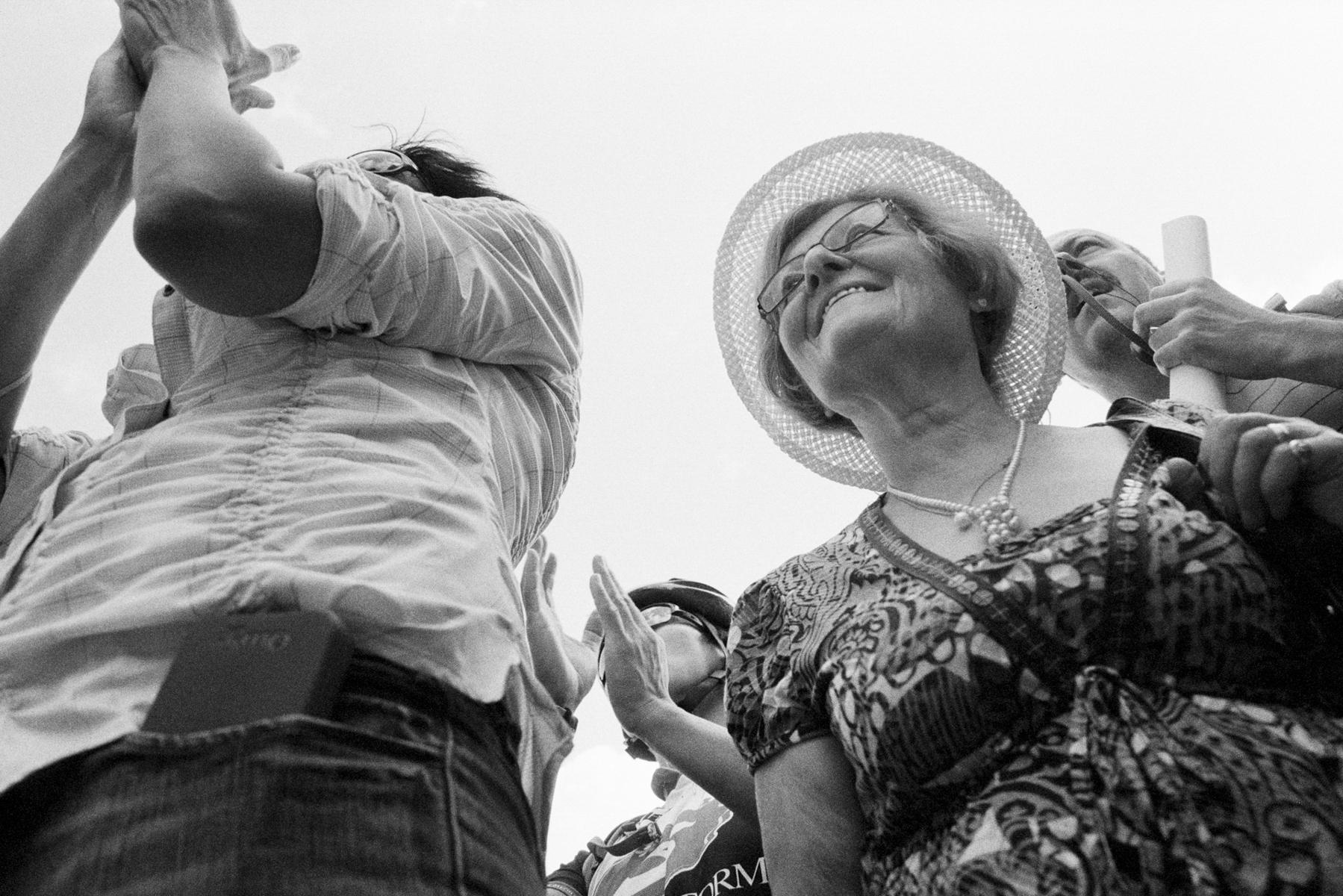 Le Tour de France 2012 Spectators throng to catch gifts that are being distributed by the publicity caravan. Les spectateurs se pressent pour attraper un cadeau qui sera distribué par la voiture. Die Zuschauer drängen sich, um eines der Geschenke zu erhaschen, die von den Wagen verteilt werden. Los espectadores se aglomeran para coger un regalito que es distribuido por la carroza.