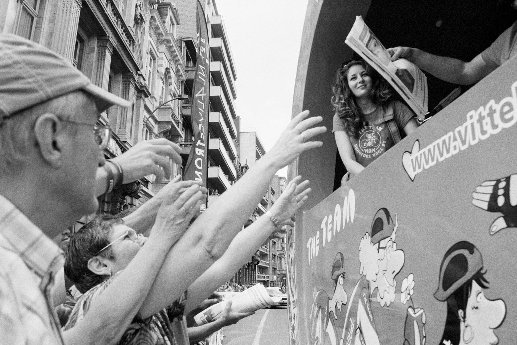 Le Tour de France 2012 Since 1930, the publicity caravan has been part of the Tour de France. Depuis 1930, la caravane publicitaire fait partie du Tour de France. Seit 1930 gehört die Werbekarawane zum Tour-Spektakel dazu. Desde 1930 la caravana publicitaria forma parte activa del espectáculo.