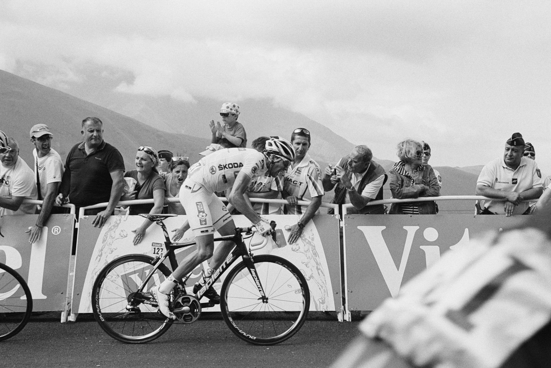 Le Tour de France 2014 The white jersey this year went to Thibaut Pinot, best young rider under 25. Le maillot blanc de cette année est allé à Thibaut Pinot, meilleur jeune de moins de 25 ans. Das Weiße Trikot ging in diesem Jahr an Thibaut Pinot, bester Jungprofi bis zu 25 Jahren. El maillot blanco de este año fue a parar a Thibaut Pinot, mejor ciclista de la categoría de menos de 25 años.