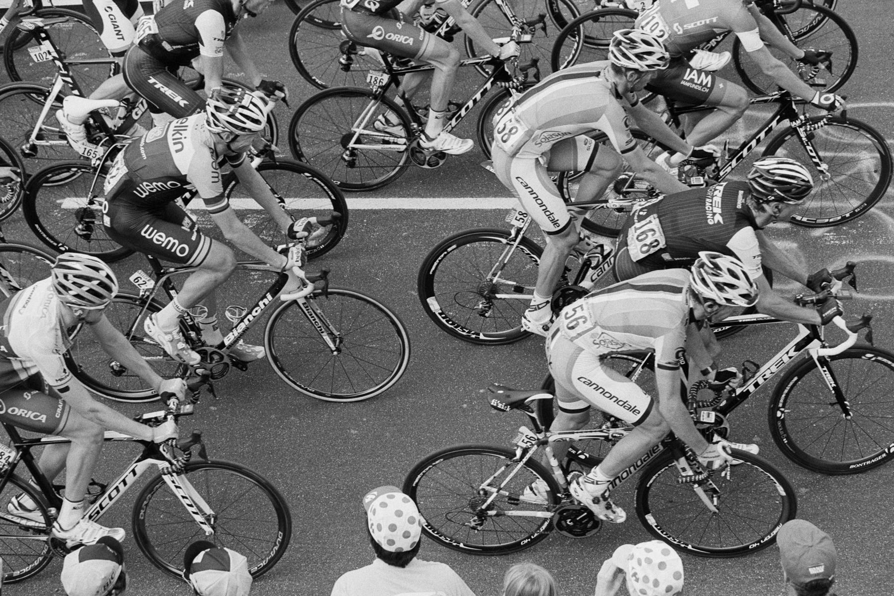 Le Tour de France 2014 The last about cyclists are rolling in a little slower, but people cheer them on during the last meters anyways. Les derniers coureurs du classement partent vers la fin, avec un peu plus de calme, mais les fans les applaudissent également jusqu'au dernier mètre. Die letzten Fahrer lassen es zum Ende hin etwas ruhiger angehen – aber die Fans feuern Sie dennoch an bis zum letzten Meter. A pesar de ser los últimos corredores que acaban la etapa, la gente los anima de todos modos hasta el último metro.
