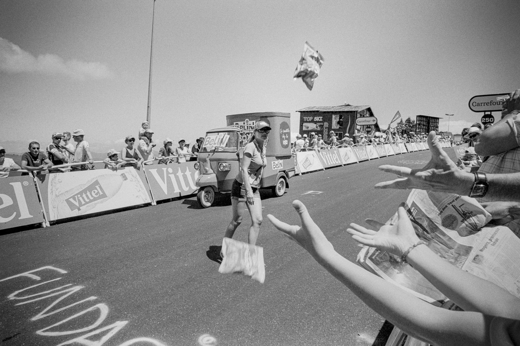 Le Tour de France 2014 ... and you are lucky if you catch some. ... et vous êtes chanceux si vous en attrapez quelques-uns. ... und man braucht auch ein bisschen Glück, um sie zu fangen. ... y hay que tener un poco de suerte y práctica para hacerse con alguno.