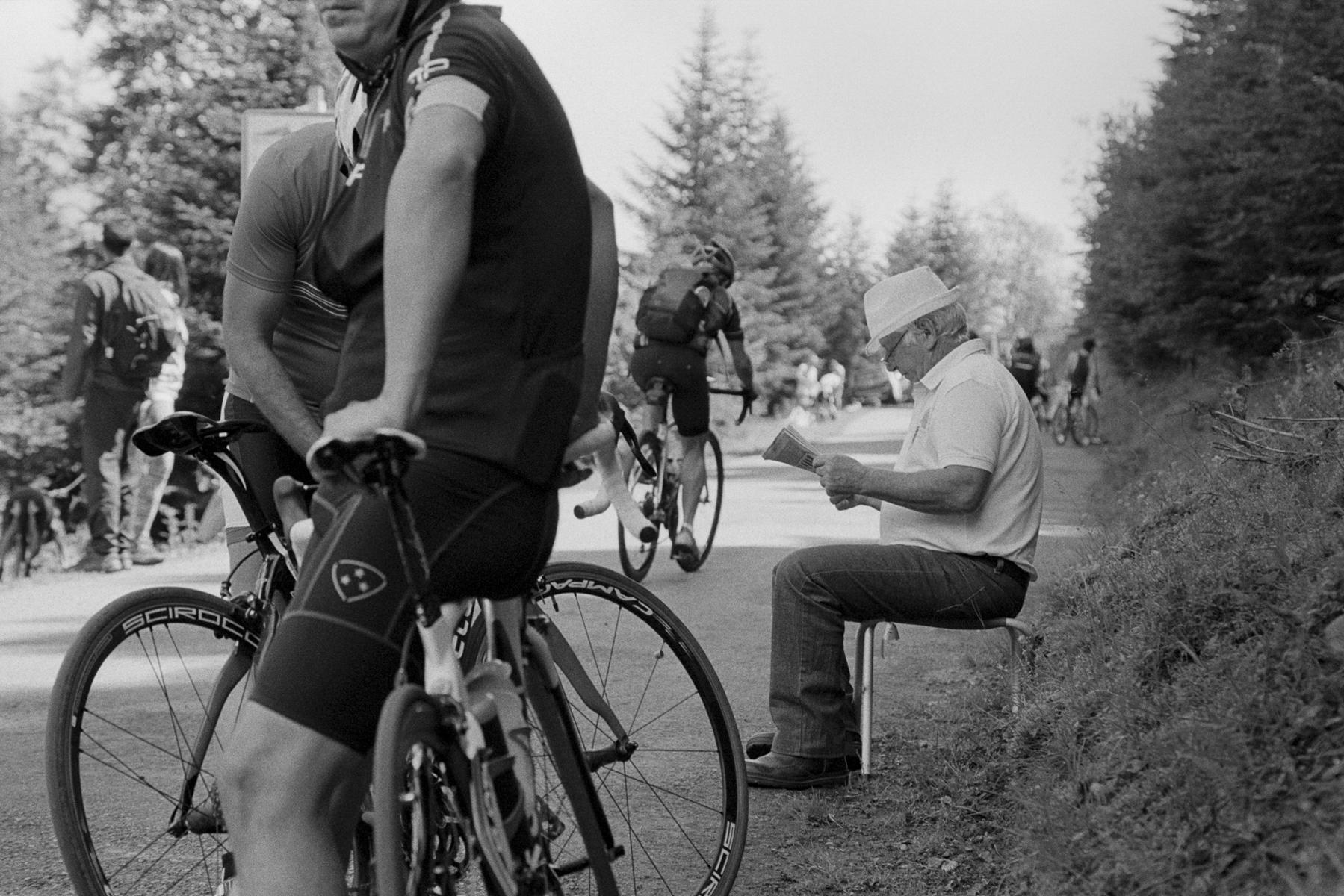 Le Tour de France 2014 Taking a rest - each to his own. Petite pause - chacun à sa manière. Kleine Pause – jeder nach seiner Fasson. Pequeño descanso - cada uno a su manera.
