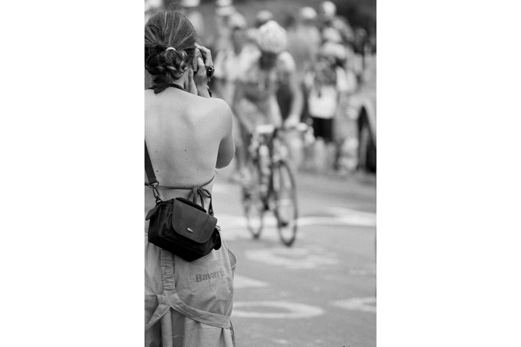 Tour de France 2006 Winning the L'Alpe d'Huez stage has a special meaning for both cyclists and fans. The degree of difficulty of the stage is extraordinary and most of all major stars in cycling have immortalized their name here. L'ascension de l'Alpe d'Huez, en raison de sa grande difficulté, est devenue mythique. La plupart des grands champions ont immortalisé leurs noms par une victoire d'étape à L'Alpe d'Huez. Wegen der Schwere des Anstiegs und aufgrund der Tatsache, dass sich dort mit wenigen Ausnahmen die ganz Großen des Radsports durch ihre Siege verewigt haben, hat ein Etappensieg in L'Alpe d'Huez eine besondere Bedeutung sowohl für die Fahrer – als auch für die Zuschauer. El acenso de L'Alpe d'Huez, a causa de su dificultad y intensidad tiene un significado muy simbólico. Las grandes estrellas del ciclismo, con algunas excepciones, han inmortalizado su nombre en esta subida.