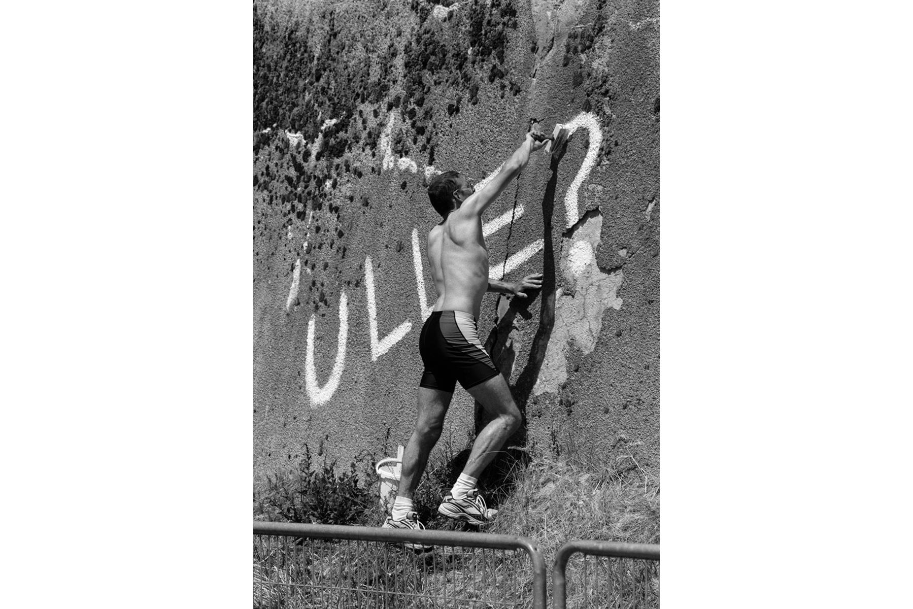 Tour de France 2006 Disappointed. A German fan along the course of 2006. On the morning of 30th June Jan Ullrich was banned from the Tour. Abasourdi. Un fan allemand sur le Tour de 2006. Dans la matinée du 30 Juin, Jan Ullrich a été exclu du Tour. Fassungslos. Ein deutscher Fan am Streckenrand 2006. Am Morgen des 30. Juni wurde Jan Ullrich von der Tour ausgeschlossen. Desconcertado. Un fan alemán durante el Tour de 2006. En la mañana del 30 de junio ha sido descalificado Jan Ullrich de la competición.