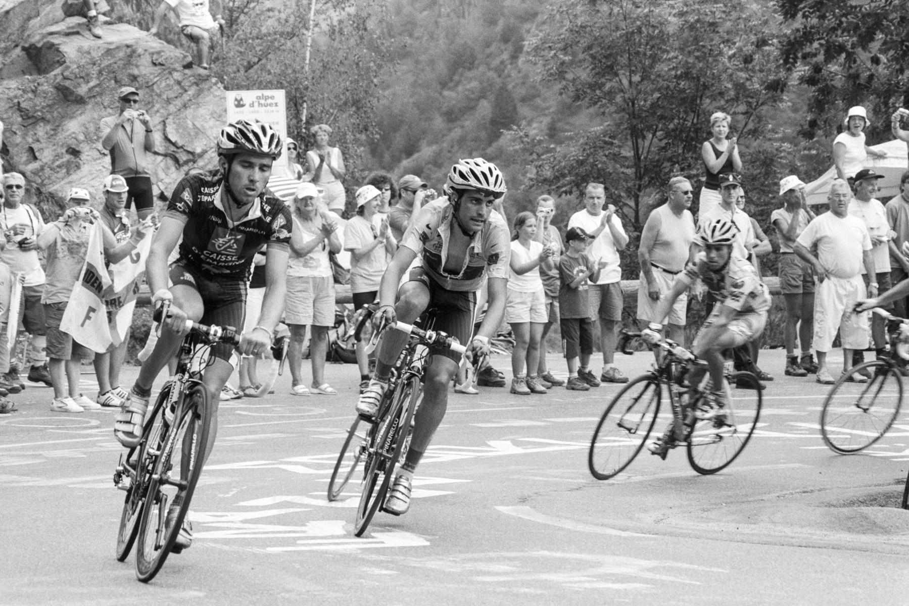 """Tour de France 2006 Oscar Pereiro, still in yellow, losing momentum and falling behind. Oscar Pereiro, sur le point de perdre son maillot jaune. Oscar Pereiro, hier noch im gelben Trikot, verliert in diesem Augenblick den Anschluss – er muss """"abreißen lassen"""". Oscar Pereiro, en el momento en que pierde el maillot amarillo."""