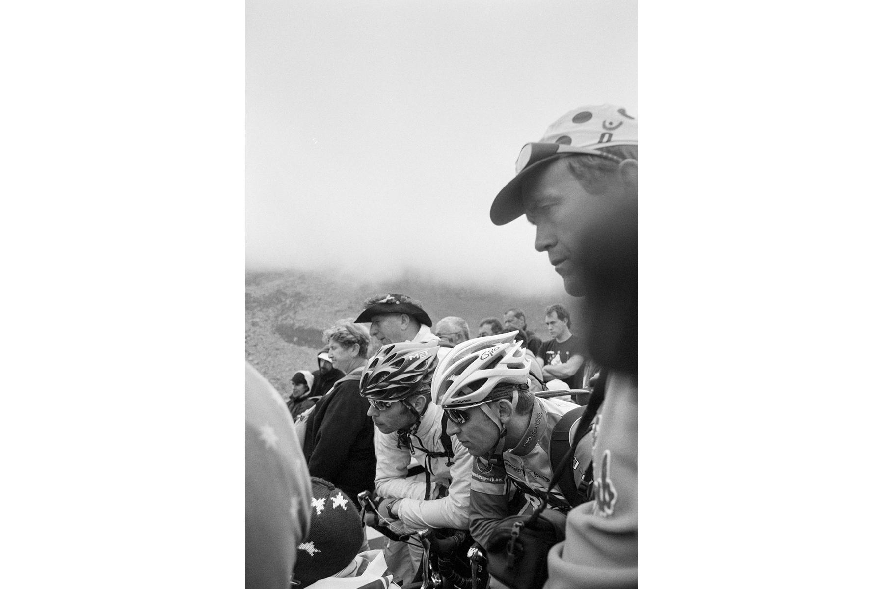 Le Tour de France 2008 Fans concentrated on following the Tour on a television that someone has set up here. Ici, des fans obnubilés par un téléviseur que quelqu'un a monté là. Fans schauen konzentriert auf einen Fernseher, den jemand hier oben aufgebaut hat. Los aficionados miran una TV muy concentrados, que alguien ha montado aquí en la montaña.