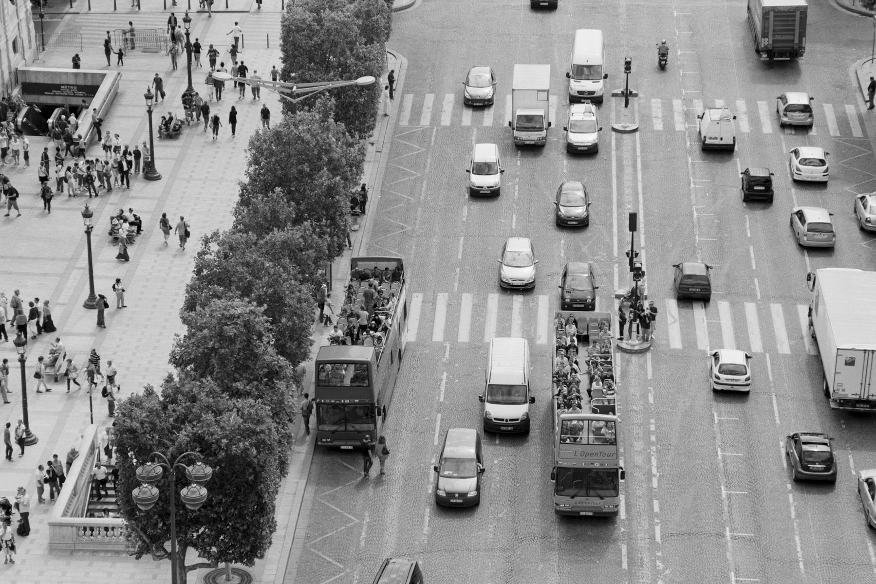 Le Tour de France 2010 THE DAY AFTER The day after the streets belong to the cars again. For fans and cyclists there is still consolation, because: ... Le lendemain, la rue appartient à nouveau aux voitures. Pour les fans et les coureurs, il y aura toujours une consolation, parce que: … Am Tag danach gehört die Straße wieder den Autos. Für Fans und Fahrer bleibt ein Trost, denn es gilt: … Al día siguiente, la calle vuelve a la normalidad, pero para los aficionados y los ciclistas les queda una esperanza: ...
