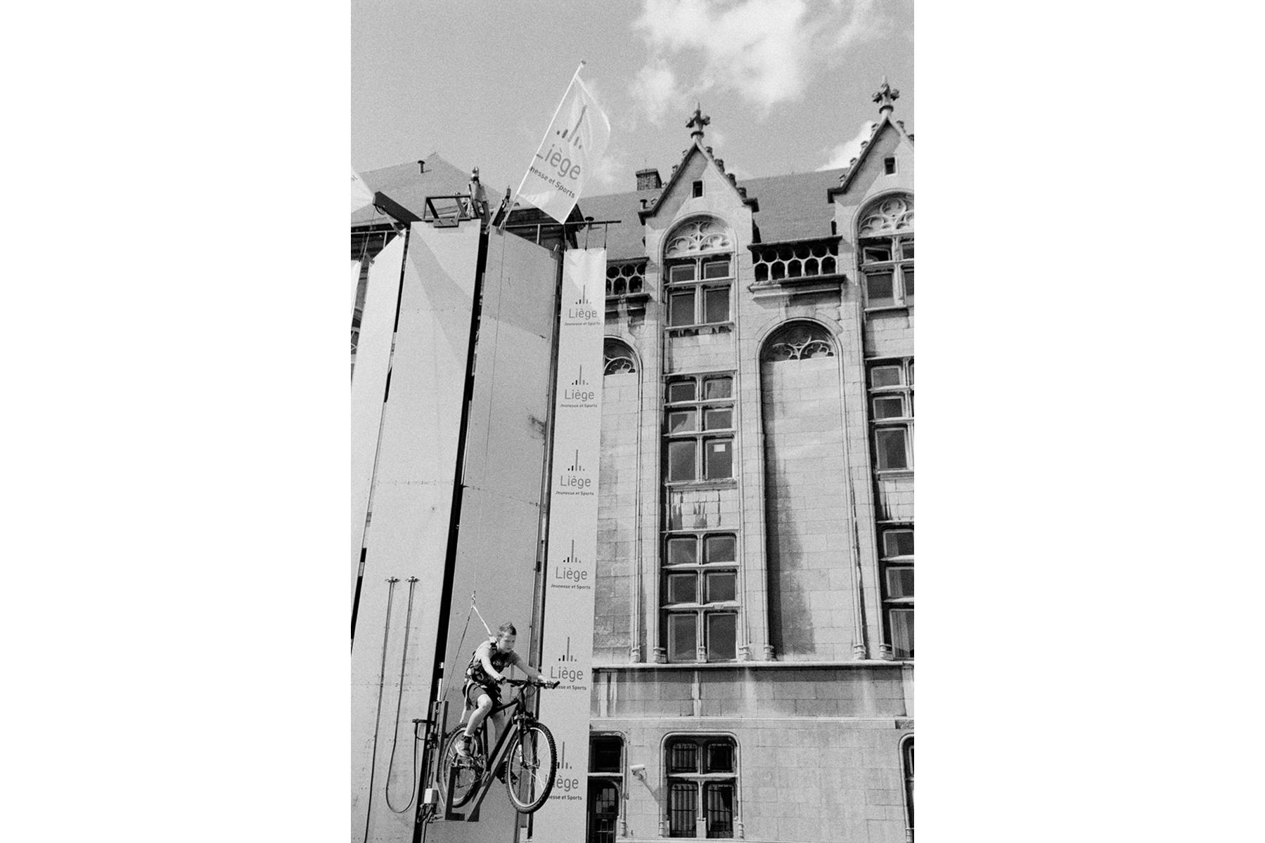 Le Tour de France 2012 The 'Grand Départ' of the 2012 Tour de France begins with a 6.4km time trial around the streets of Liège in Belgium. Le 'Grand Départ' du Tour de France 2012 commence par un contre-la-montre de 6,4 km dans les rues de Liège, en Belgique. Der 'Grand Départ': Die Tour de France 2012 startet mit einem 6,4 km langen Einzelzeitfahren im belgischen Lüttich.
