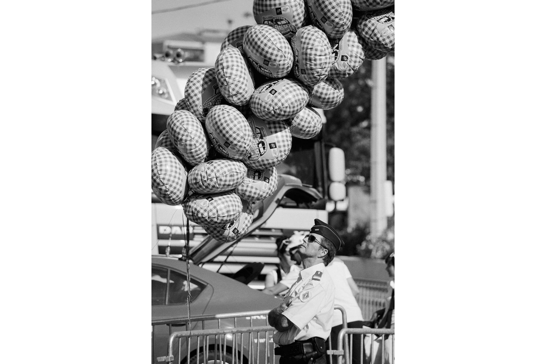 Le Tour de France 2013 BIG EVENT Far from deflated… The Tour de France is the third biggest sports event in the world after the Soccer World Championships and the Olympic Games. Loin d'être dégonflé ... Le Tour de France est, après le championnat du monde de football et les Jeux Olympiques, le troisième plus grand événement sportif au monde. Noch lange nicht die Luft raus … Die Tour de France ist nach der Weltmeisterschaft im Fußball und den Olympischen Spielen das drittgrößte Sportereignis der Welt. Lejos de desincharse ... El Tour de Francia representa, juntamente con el mundial de fútbol y los Juegos Olímpicos, el tercer mayor evento deportivo mundial.