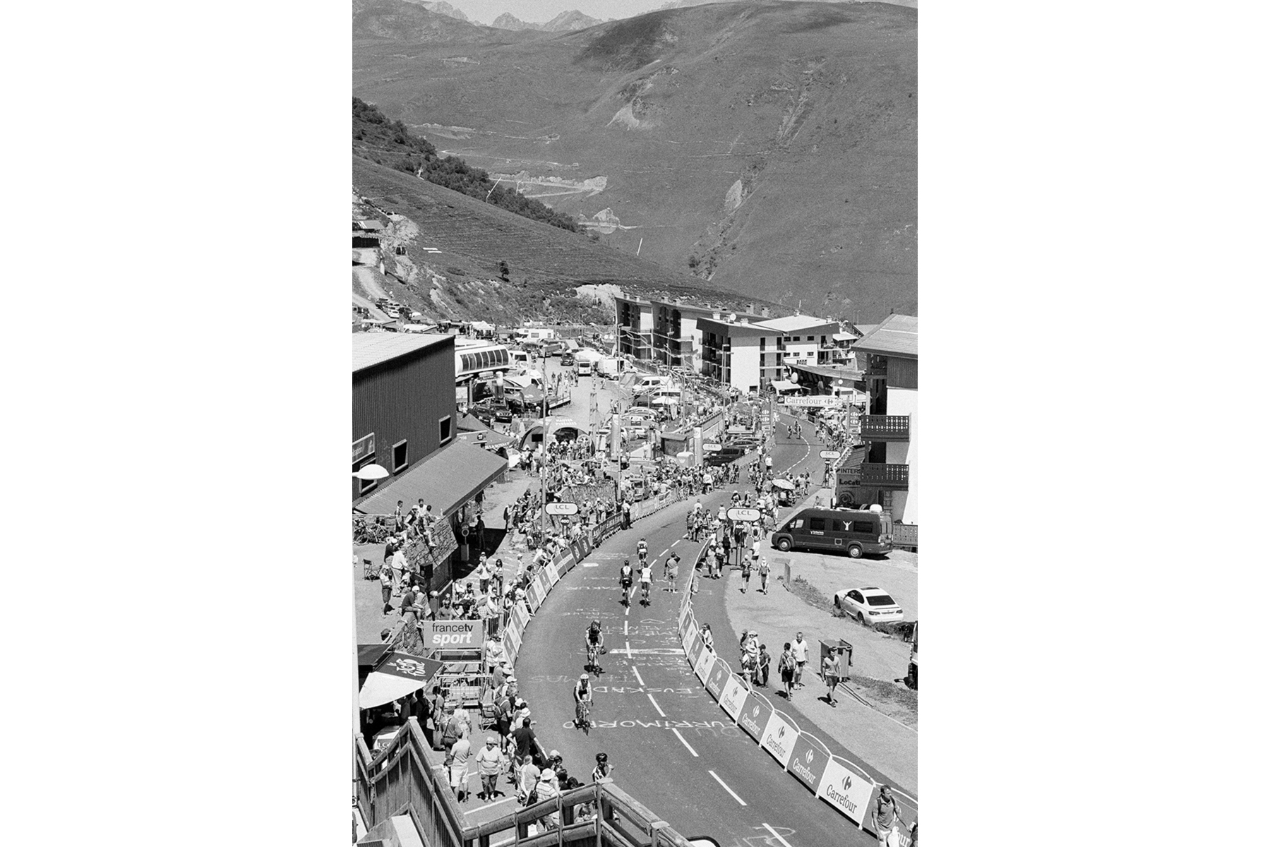 Le Tour de France 2014 'Pla d'Adet' is a ski resort in the French Pyrenees. The resort is situated at an altitude of 1,680 metres. The Tour de France has featured Pla d'Adet as a finish on 10 occasions since 1974. Le 'Pla d'Adet' est une station de ski dans les Pyrénées françaises. Il est situé à 1680 mètres. Il fut dix fois arrivée d'étape depuis sa première fois en 1974. 'Pla d'Adet' ist ein Skigebiet in den französischen Pyrenäen. Es liegt auf 1.680 Metern Höhe. Es ist bereits zum zehnten Mal Ziel einer Etappe – zum Ersten Mal im Jahr 1974. 'Pla d'Adet' es una estación de esquí en los Pirineos franceses. Se encuentra a 1.680 m de altitud. Es la décima ocasión en que transcurre una etapa final aquí, la primera vez fue en 1974.