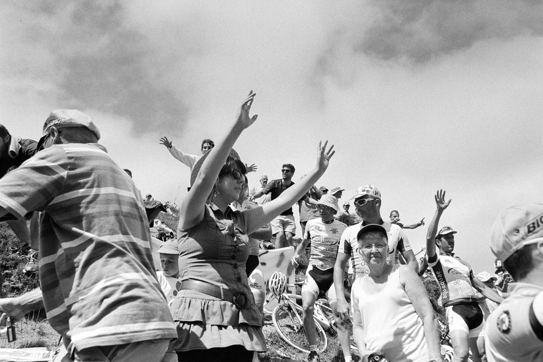 Le Tour de France 2014 The little gifts from the caravan like sweets, give-aways and hats are very popular ... Les petits cadeaux de la caravane publicitaire comme les bonbons, les jouets et les casquettes sont très populaires ... Die kleinen Geschenke der Werbekarawane – wie Süßigkeiten, Give-aways und Kappen – sind sehr beliebt ... Los detailles que reparte la caravana como dulces, gorras y agua son muy populares